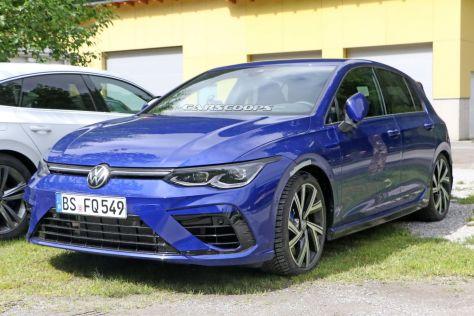 Volkswagen Golf R нового поколения сфотографирован без камуфляжа