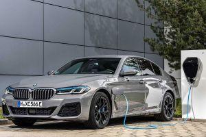 Седан BMW 5-Series обзавелся гибридной версией с расходом бензина 2 л/100 км