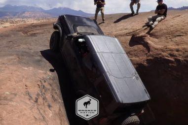 Ford Bronco карабкается почти вертикально по скалам в Моабе (ВИДЕО)