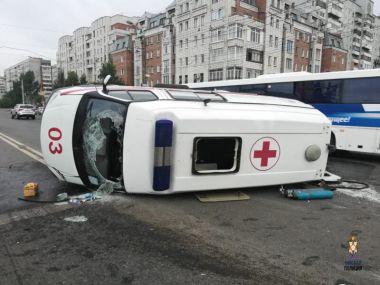 В Омске в ДТП перевернулась скорая с беременной, но ее довез очевидец