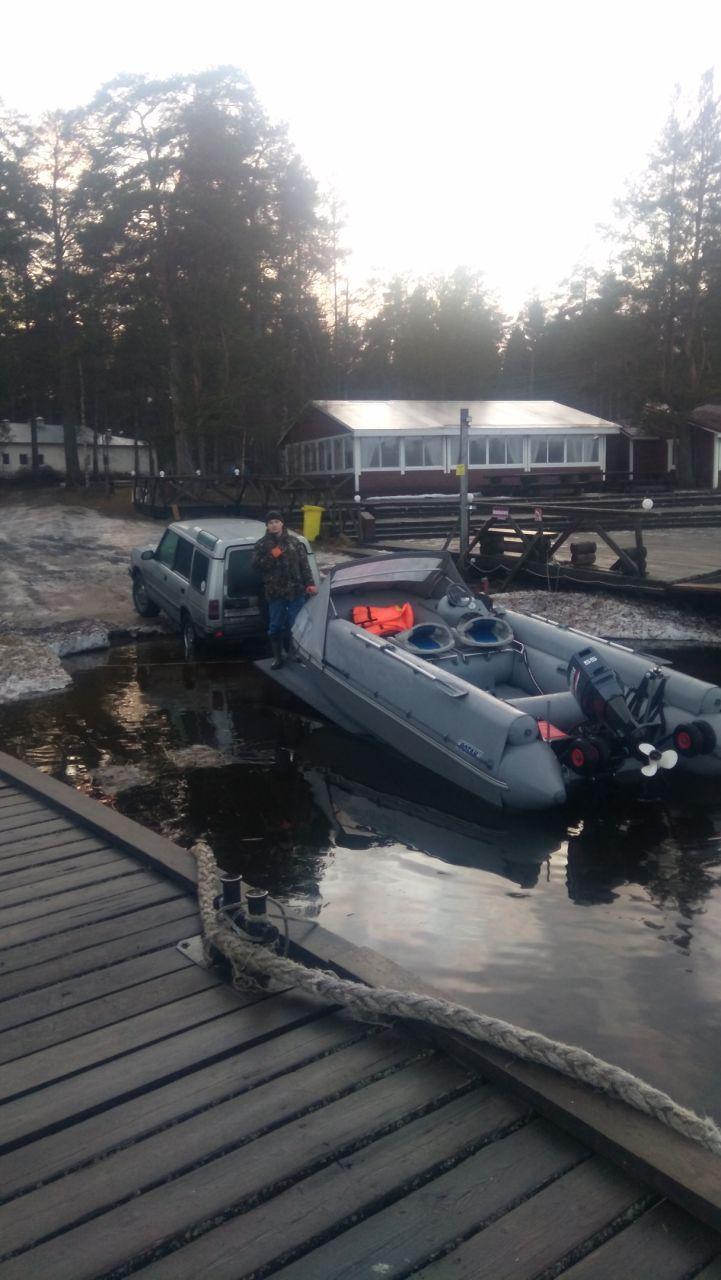 Хорошо, зима, лодка и верный Ровер!