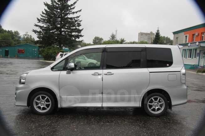 Toyota Voxy, 2010 год, 880 000 руб.