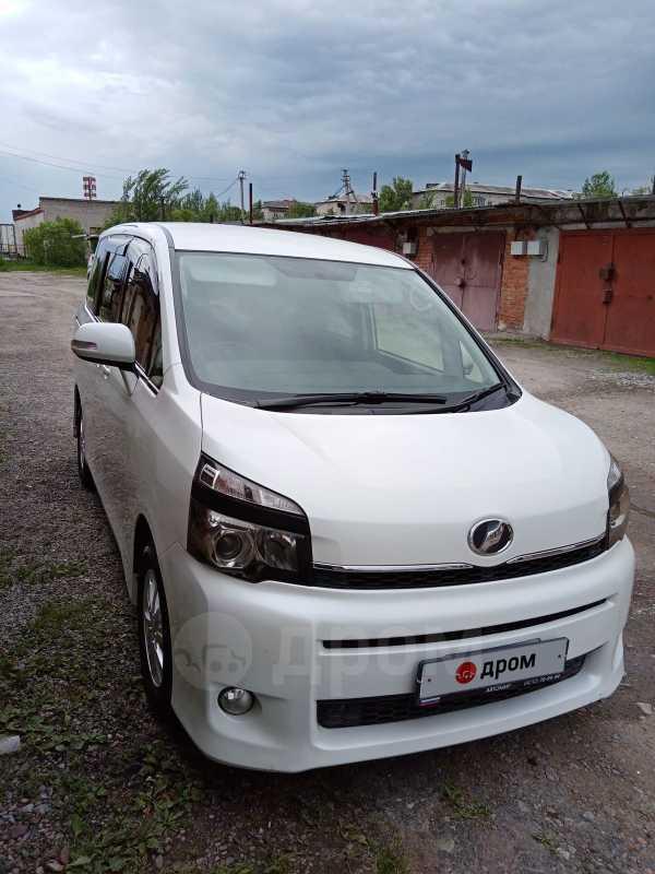 Toyota Voxy, 2012 год, 930 000 руб.