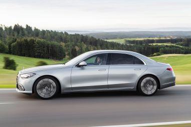 Mercedes-Benz представил новый S-Class — с подруливающей задней осью и огромным проекционным экраном