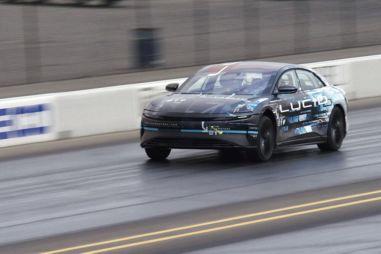 Lucid показал, как его первый электроседан Air «унижает» самую быструю Tesla на дрэг-треке (ВИДЕО)