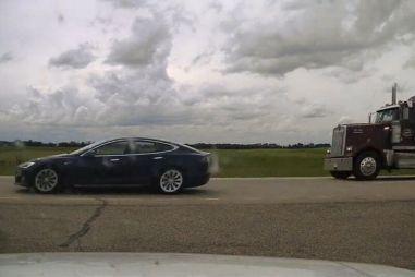 Водителя Tesla Model S арестовали за то, что он спал на скорости 150 км/ч