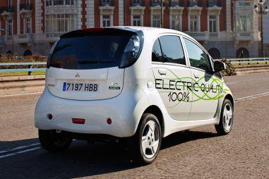 Первый в мире серийный электромобиль ждет отставка