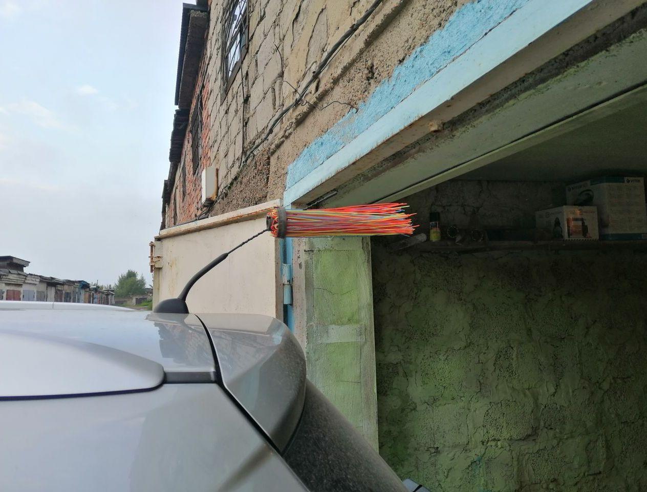 А так приходится заезжать в гараж, что б не скоблить антенной. Уже раз катался с этим веником по городу))