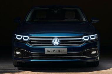 Флагманский седан Volkswagen Phideon первым получил светящийся логотип