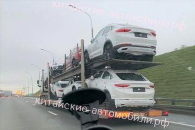 В Москве сфотографировали автовоз с еще не появившимися в продаже купе-кроссоверами Geely