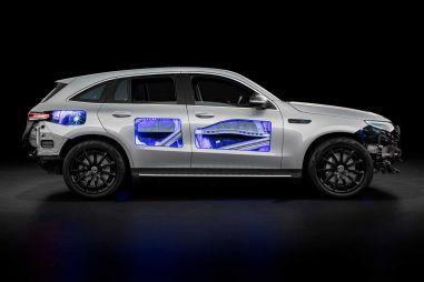 Mercedes-Benz представил прозрачный EQC и рассказал, как стажеры «болгарками» вырезали в нем отверстия