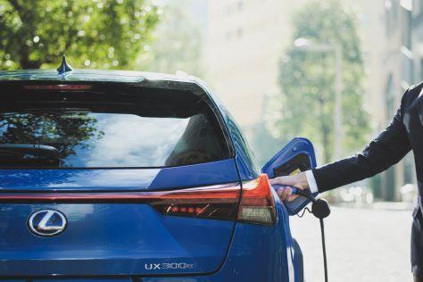 Первый электромобиль Lexus начали продавать в Японии, но квота до конца года оказалась смехотворной