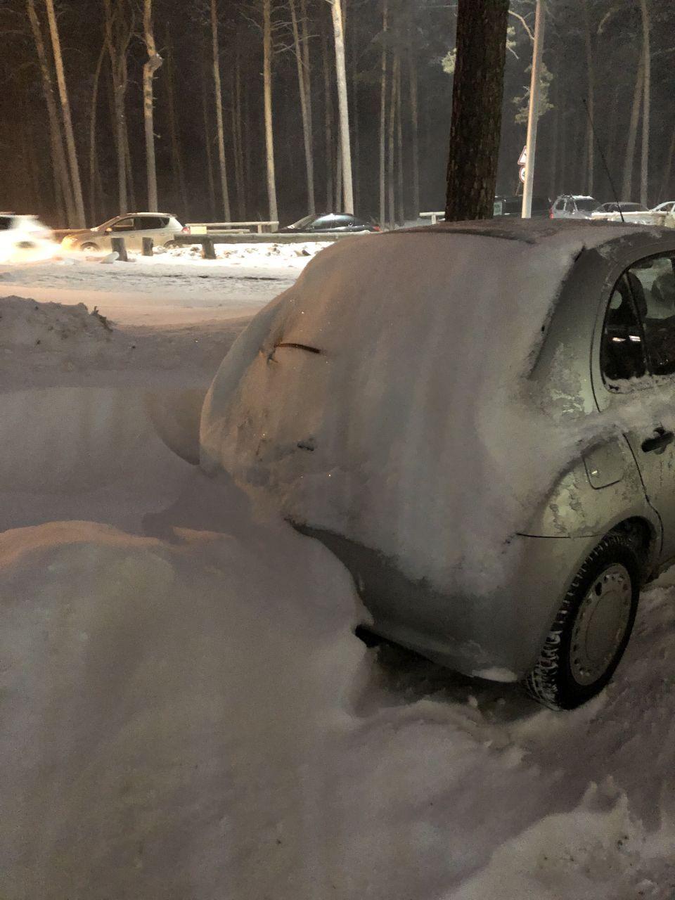 Типичная ситуация у меня во дворе после ночи снегопада
