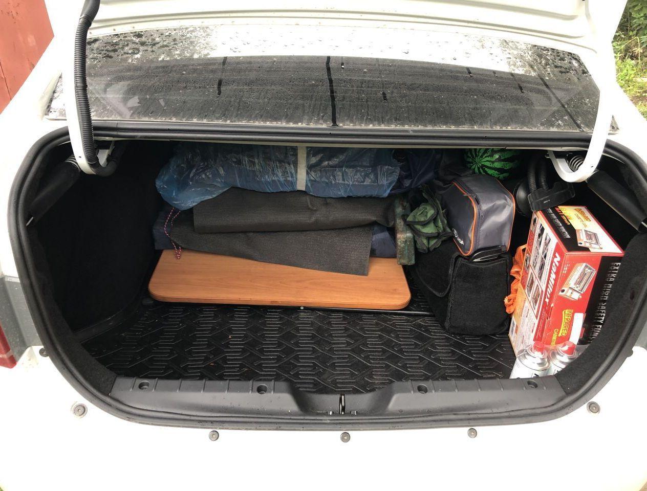 Сборы перед Алтаем. Стол, стулья, палатка, матрац, газовый гриль в коробке справа.