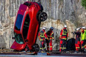Volvo сбросила с 30 метров 10 своих машин, чтобы проверить их безопасность (ВИДЕО)