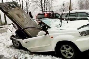Подборка: рухнувшая на машину бетонная плита и другие видео из Владивостока