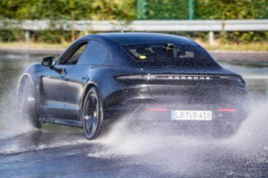 Электромобиль Porsche Taycan надрифтовал на рекорд Гиннесса (ВИДЕО)