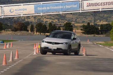 Новый электрокросс Mazda проходит «лосиный тест» лучше, чем Volkswagen Golf. ВИДЕО