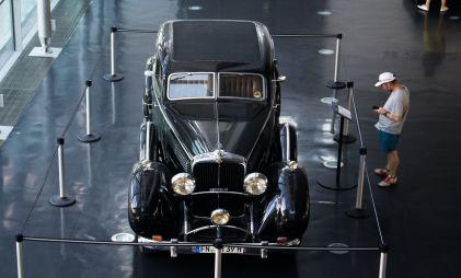 Половина россиян считает, что цена роскошного автомобиля начинается с 5 000 000 рублей
