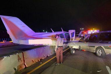 ВИДЕО: самолет приземлился на автостраду и столкнулся с внедорожником