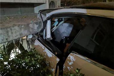 Tesla Model S внезапно ускорилась и влетела в дом: водителю пришлось выпрыгивать на ходу