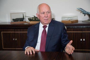Глава «Ростеха» Чемезов не хочет ездить на Мерседесе: пересел на Аурус