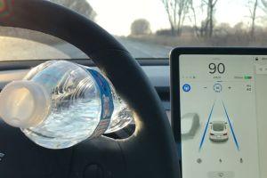 В США введут штраф за обман датчиков, фиксирующих наличие рук на руле