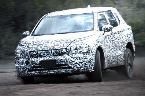 Mitsubishi показала, как прототип нового Outlander месит грязь (ВИДЕО)
