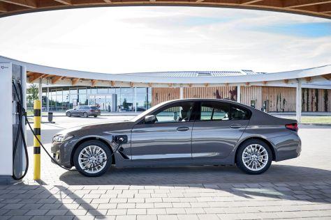 BMW добавила в гамму «трешки» и «пятерки» две новые гибридные версии