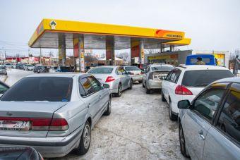 Власти Хабаровского края обвиняют в нехватке топлива спекулянтов. Очереди на АЗС продается в интернете