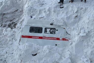 На Сахалине лавина завалила медицинскую «Буханку», ее откопали экскаватором (ВИДЕО)