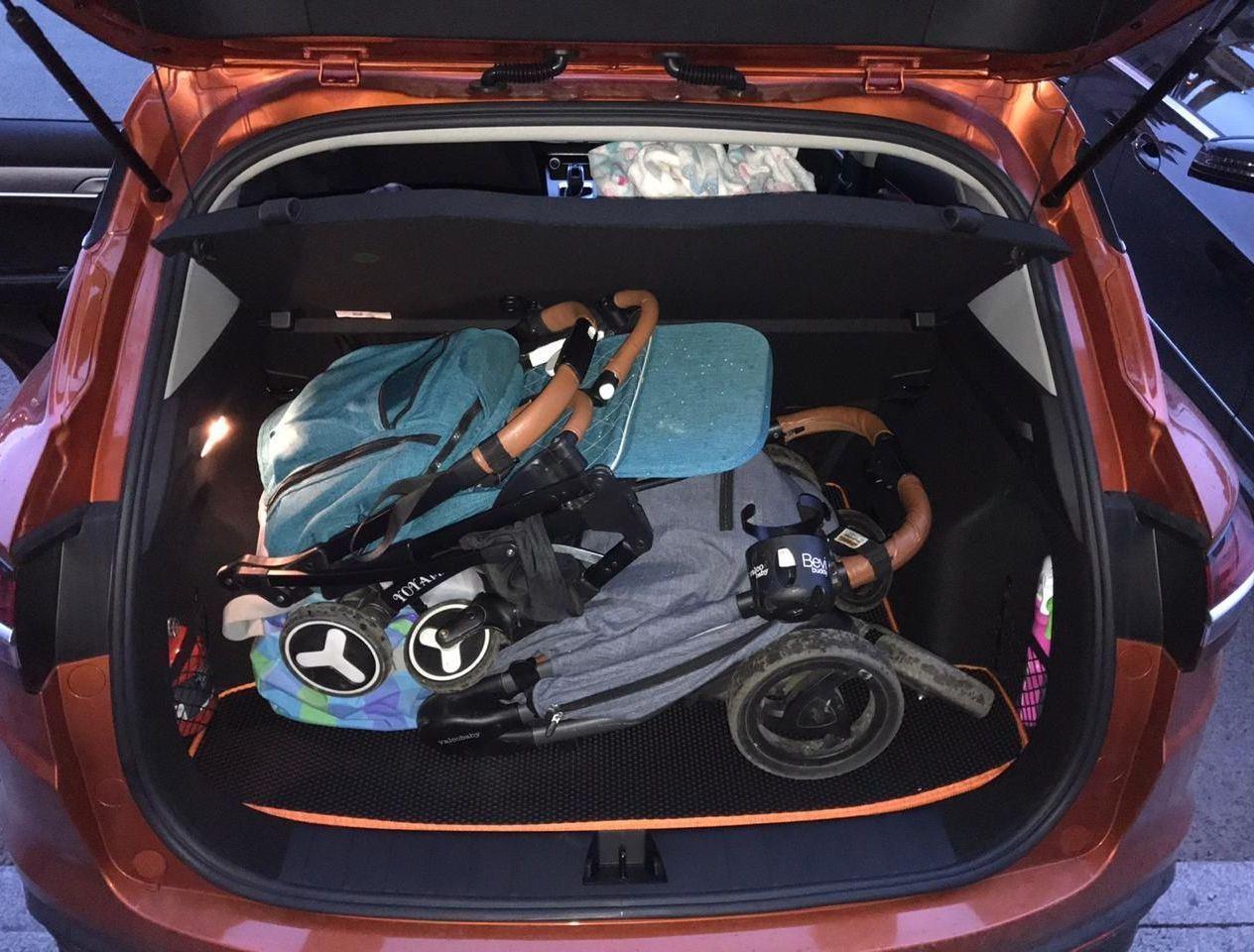2 коляски и спортивная сумка в багажнике