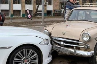 ФОТО: 60-летний Москвич въехал в дорогущий Ягуар