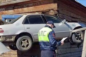 В Бурятии старая Тойота влетела в жилой дом и застряла в нем (ВИДЕО)