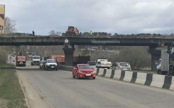 Рабочие будут проводить демонтаж путепровода, он завершится 27 мая. Все это время транспорт будет двигаться в объезд.