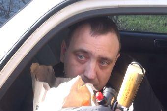 Нетрезвый водитель перепутал права с набором для барбекю (ВИДЕО)