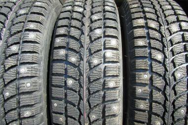 Дорожники просят ГИБДД наказывать за езду на шипованных шинах летом