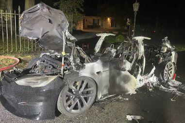 Новая супербыстрая Тесла загорелась с водителем внутри спустя всего три дня после продажи