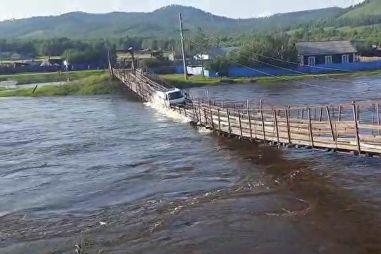 ВИДЕО: в Забайкалье автофургон рухнул вместе с деревянным мостом