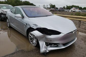 В авариях на Tesla с автопилотом пострадали 17 человек и погиб 1.