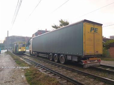 В Краснодаре водитель фуры заблудился и застрял на трамвайных путях (ФОТО)