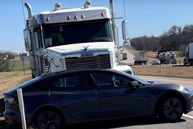 ВИДЕО: водитель грузовика не заметил, что тащил по трассе Tesla Model 3 на автопилоте