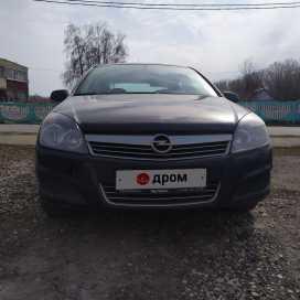 Красное Opel Astra 2010