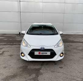 Кызыл Toyota Aqua 2014